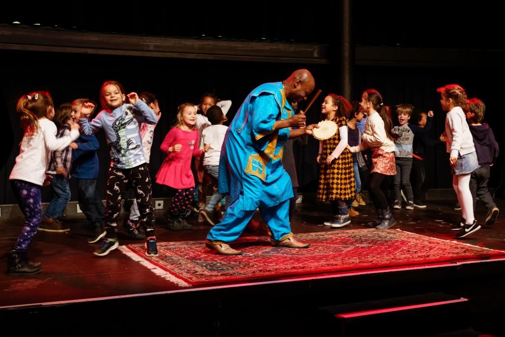 WES & kids dansen met Anansi